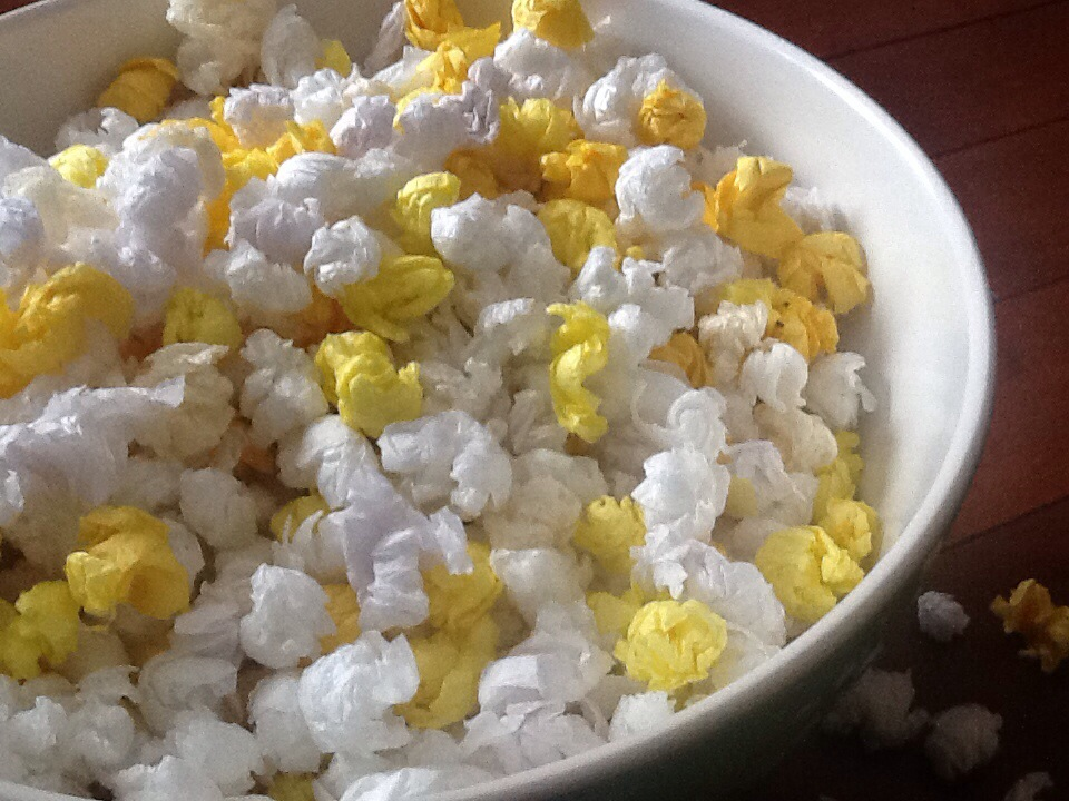 Make each one look unique, as each piece would be unique in real popcorn art. Allow the starch to dry before giving the paper popcorn to the child. Draw an outline of the picture you want to make with a pencil on paper or posterboard.